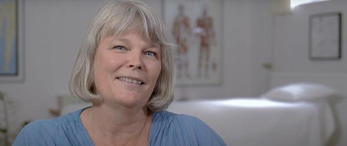 Kinesiolog Hanne Freil smiler fra sin klinik