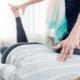 en kinesiolog udfører muskeltest på ryggen af en klient