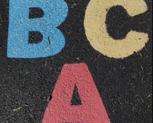 bogstaverne a, b og c malet på asfalt