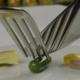 kniv og gaffel igang med at skære en vitaminpille over
